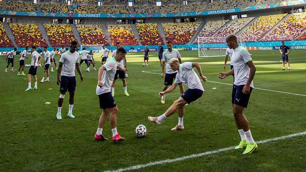 Die Schweizer beim Abschlusstraining im Bukarester Nationalstadion.