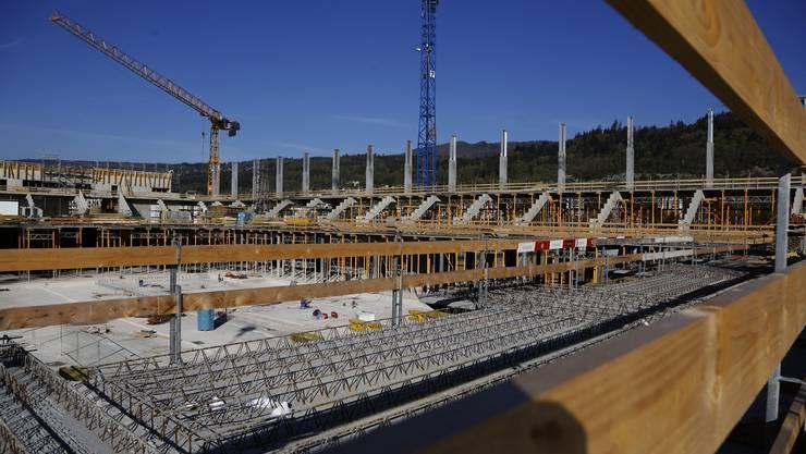 Das Fussballstadion soll im Sommer 2015 fertig gebaut sein. (Archiv)