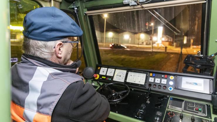 Lokführer Walter Schmid überwacht die Testfahrt eines führerlosen Zugs auf der Strecke der Oensingen-Balsthal-Bahn am 8. Januar 2020.