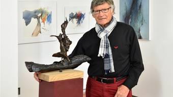 Paul Wyss posiert mit seiner dieses Jahr geschaffenen Bronze-Skulptur «Feuertanz» sowie aktuellen Aquarell-Bildern in der Alten Kirche.