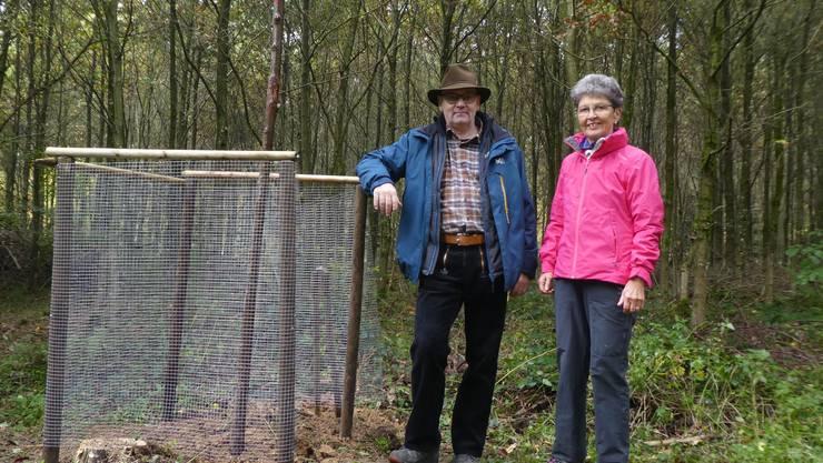 Standen der neuen Flatterulme im Arboretum der Bürgergemeinde Lohn Pate und Patin: Marcel Hess (links) und Beatrice Müller-Sennhauser.
