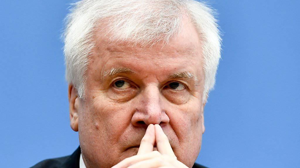 «Durcheinander bei den Sicherheitsbehörden»: Der deutsche Innenminister Horst Seehofer muss sich im Zuge eines Hackerangriffs Kritik gefallen lassen. (Archivbild)