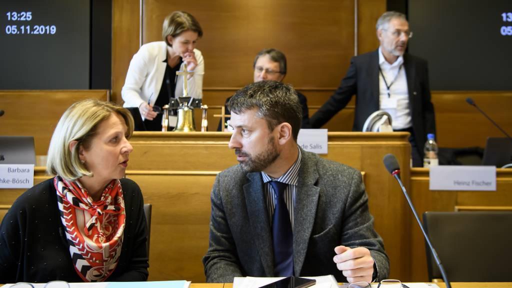 SEK-Präsident Gottfried Locher im Gespräch mit Vize-Ratspräsidentin Esther Gaillard an der Abgeordnetenversammlung des Schweizerischen Evangelischen Kirchenbundes (SEK) im Rathaus Bern.