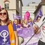 Elena Flach (links) und Mia Gujer von den SP-Frauen Aargau am Frauenstreik in Aarau. (Archivbild)