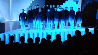Der grosse Auftritt des Chores im zweiten Akt während der Schloss-Hallwyl-Oper «Die Zauberflöte».
