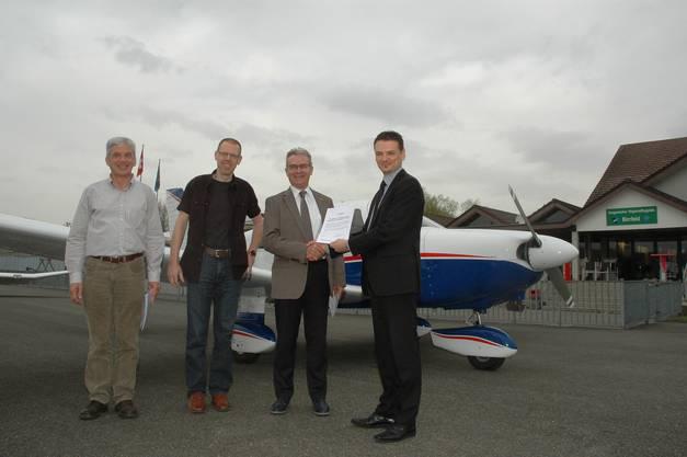 Zertifikatsübergabe (von links) Heinz Wyss, stellvertretender Flugplatzleiter; Roger Trüb, Flugplatzleiter; Ruedi Steiner, Aero-Club; Daniel Hügli, Bazl
