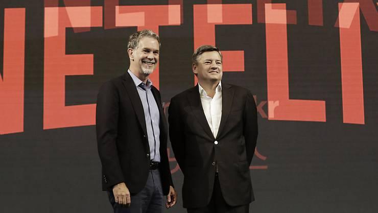 Netflix' Konzernchef Reed Hastings (links) und Ted Sarandos, der bei Netflix für die Inhalte verantwortlich ist, spüren ein nachlassendes Kundeninteresse nach den Lockerungen der Corona-Massnahmen. Die Bevölkerung ist weniger daheim und wieder mehr unterwegs. (Archivbild)