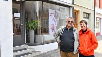 Hauseigentümer Claude und Zita Schoch erlassen ihrer Mieterin, die im Parterre in der Oltner Altstadt einen Coiffeursalon betreibt, wegen dem Coronavirus und den ausfallenden Geschäftseinnahmen den Mietzins.