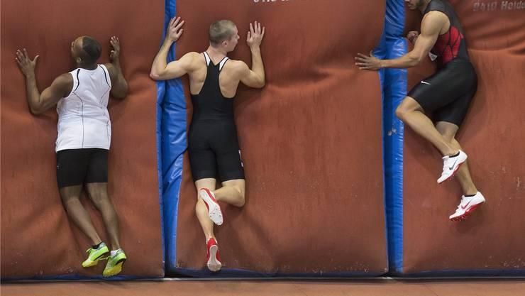 Hoch hinaus: Rolf Malcolm Fongué (rechts) ist in der Schweizer Hallensaison über 60 Meter eine Klasse für sich. Er gewinnt seinen ersten Schweizer-Meister-Titel.keystone