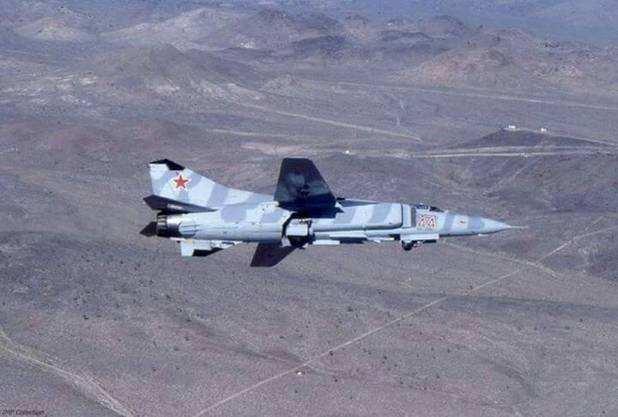Eine MiG-23 über dem Testgelände.