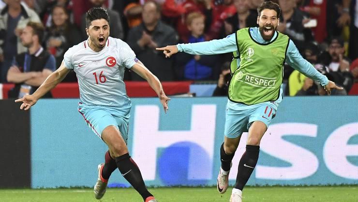 Ozan Tufan jubelt für die Türkei.