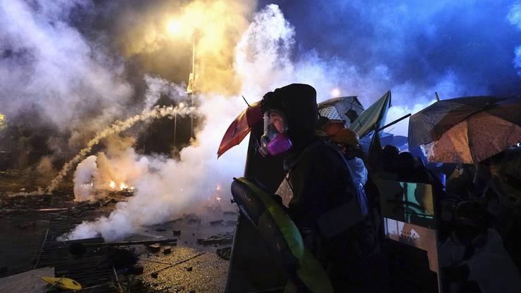 Strassenschlachten auf einem Unigelände bei Hongkong: Solche Szenen verarbeiteten die Künstler zu einem Film, der das Interesse der chinesischen Botschaft weckte. (AP Photo/Vincent Yu, File)