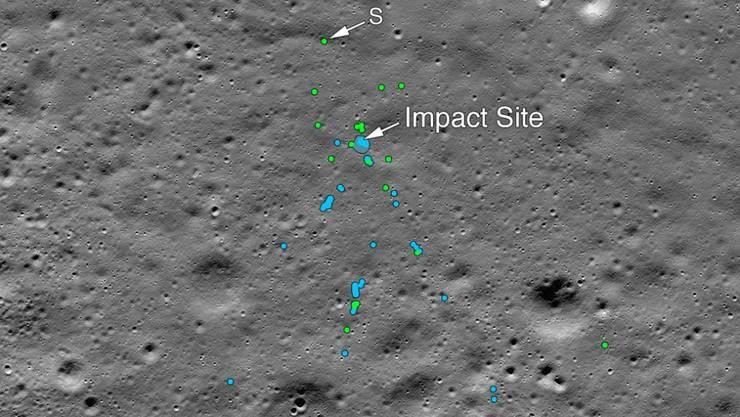Die US-Weltraumbehörde Nasa veröffentlichte Bilder vom Mond, die die Absturzstelle des indischen Mondlandemoduls zeigen: Grüne und blaue Punkte markieren Trümmer und Spuren am Boden.