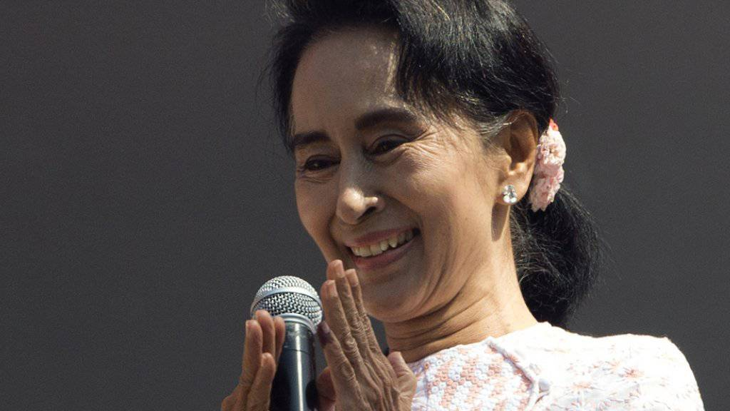 Die siegreiche Oppositionsführerin Aung San Suu Kyi hält vom Balkon des NLD-Hauptquartiers in Rangun eine Rede vor Anhängern