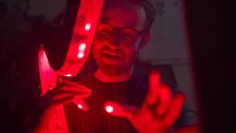 Louis Hofer aus Aarau baut eine E-Harfe mit Laserstrahlen statt Saiten