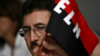 ELN-Chef Antonio Garcia mit einer Flagge der Guerillaorganisation. (Archiv)