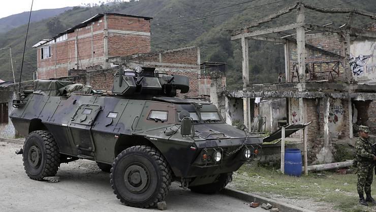 Kolumbianische Soldaten bewachen eine Strasse in Toribio im Westen des Landes.