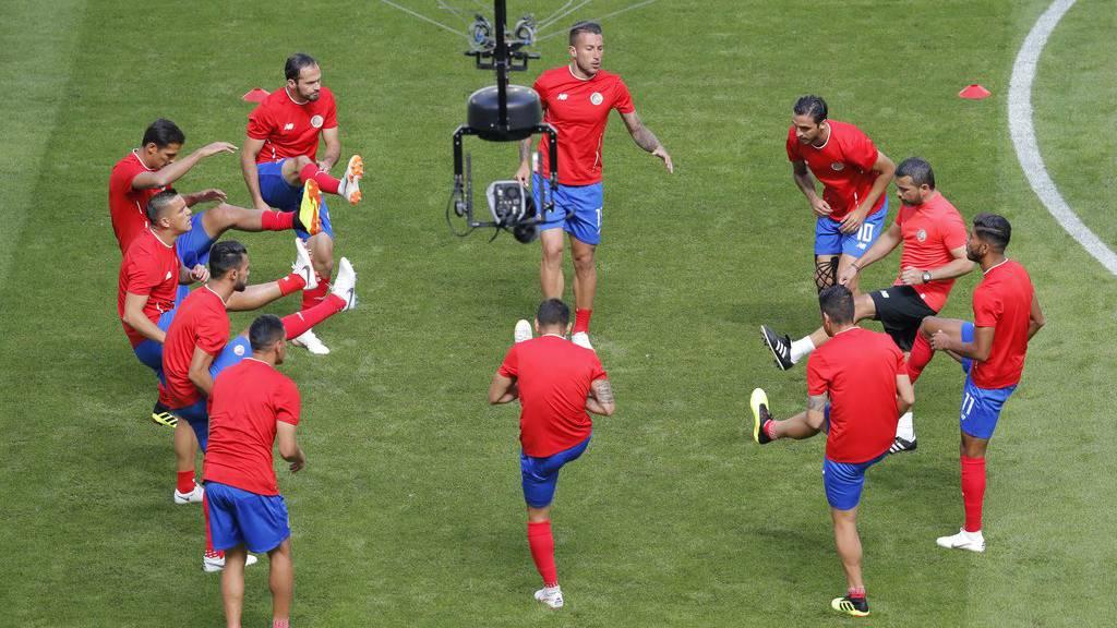 Costa Rica wärmt sich auf für die Partie gegen Serbien.