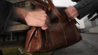Der Unbekannte entriss der Rentnerin die Tasche und flüchtete.