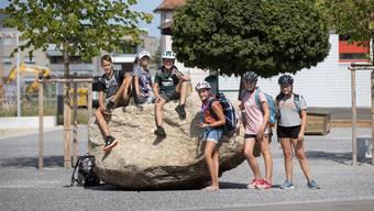 Attraktion für die junge Generation: der Felsblock auf dem neuen Dorfplatz.