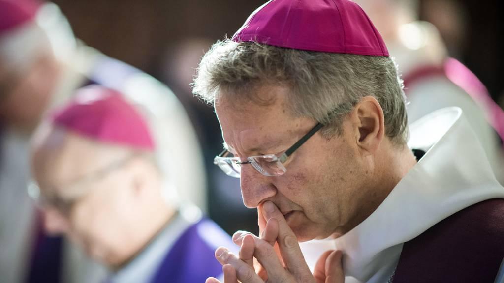 Weihbischof von verliebter Rumänin belästigt