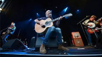 Seinen grössten Hit, «Why Does It Always Rain on Me», spielte Travis-Sänger Fran Healy (Mitte) erst als Zugabe.