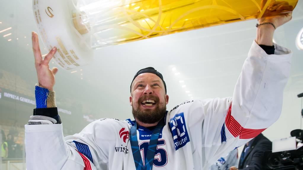 Mathias Seger mit Pokal