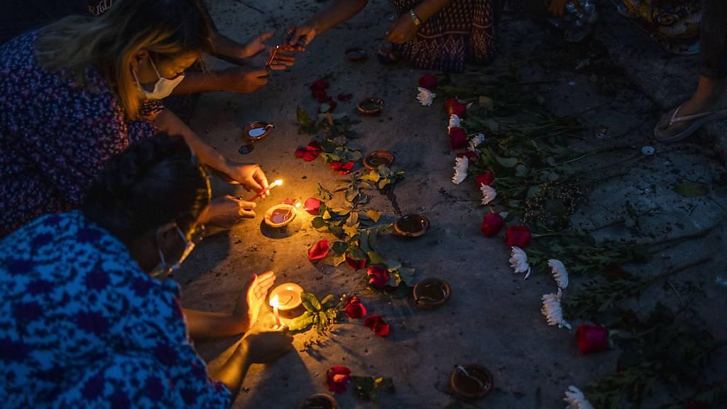 Frauen zünden Kerzen in Yangon an, um den Opfern zu gedenken, die bei Massendemonstrationen gegen die Junta getötet wurden. Foto: Uncredited/AP/dpa
