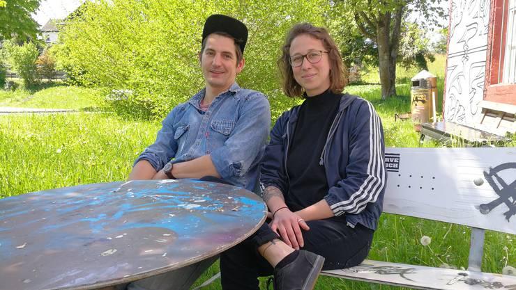 Die beiden Jugendarbeiter Eveline Zeder und Benjamin Pfeuti sprechen im Garten des Tommasini über ihre Idee, in Lenzburg einen Jugendrat zu lancieren.
