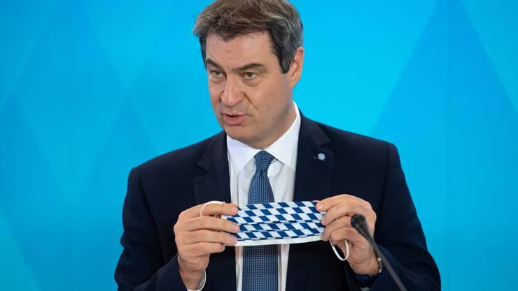 Die Gesichtsmaske in den bayerischen Landesfarben ist zum Markenzeichen von Ministerpräsident Markus Söder geworden.
