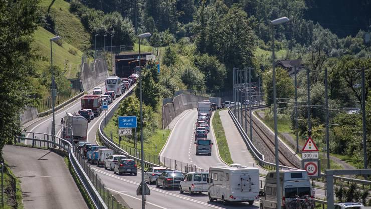 Der Rückstau, der sich auf der Brünigstrasse  aufgrund der Bombendrohung bildete,  hier vor der Ausfahrt Giswil auf der Autobahn (links) wie auf der Hauptstrasse (rechts). (Bild: Pius Amrein, 9. August 2019).