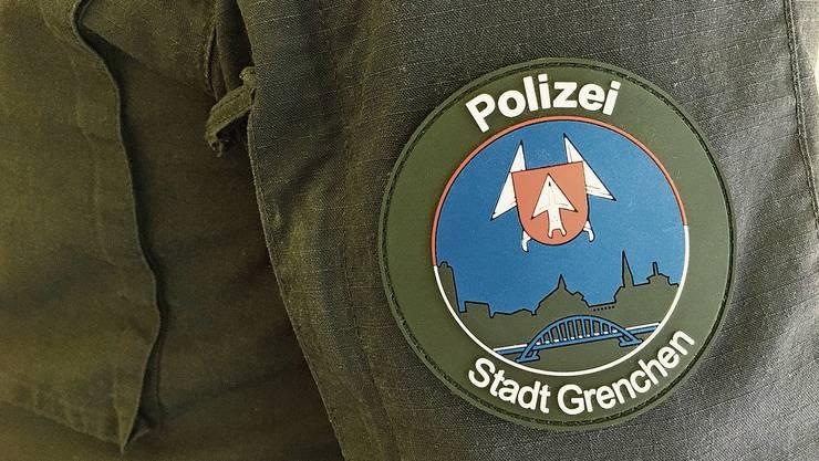 Das neue Logo wird auf der Uniform am Oberarm befestigt.