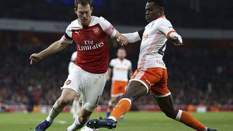 Stephan Lichtsteiner im Duell mit Blackpools Mark Bola: Der Schweizer traf in der 33. Minute zum 1:0