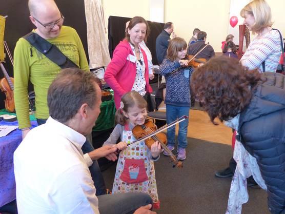 Experten zeigten den kleinen Musikern, wie die Instrumente gespielt werden.