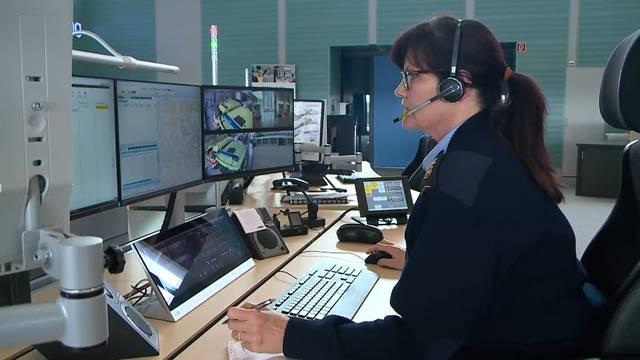 Die medizinische Praxisassistentin Lilo Fischer arbeitet bei Schutz & Rettung Zürich – so sieht ihr Alltag in der Einsatzzentrale aus.
