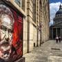 Der Schriftsteller Victor Hugo (1802-1885) ist wie viele andere Berühmtheiten aus der Geschichte Frankreichs vorübergehend auch ausserhalb der Ruhmeshalle Panthéon (Hintergrund) präsent. (Facebook)