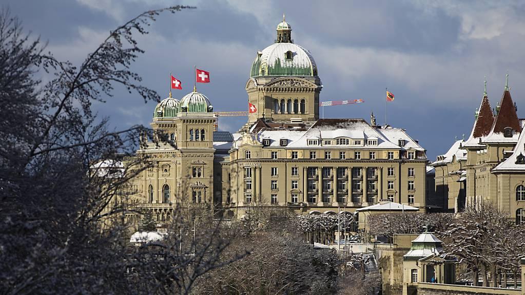 Der Zutritt zum Bundeshaus wird weiter eingeschränkt. Damit will die Verwaltungsdelegation der Bundesversammlung die Durchführung der Frühjahrssesion vom März ermöglichen. (Archivbild)