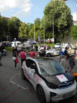 Viele Interessierte drängten sich nach der Ankunft um die Rallye-Autos