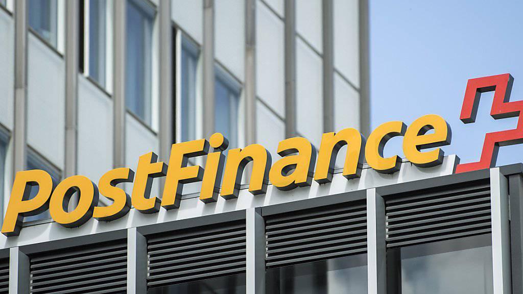 Die Postfinance führt ab dem kommenden Jahr Kontoführungsgebühren ein und verteuert weitere Dienstleistungen. (Archivbild)