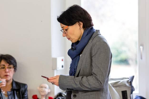 Die Regierungsratskandidatin der SP, Yvonne Feri, wartet im Volkshaus in Aarau auf erste Abstimmungsergebnisse des zweiten Wahlgangs.