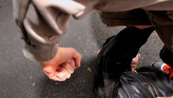 Ein Täter schlug dem Opfer unvermittelt ins Gesicht und verletzte ihn. (Symbolbild)