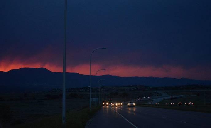In der Nacht leuchten die Berge wegen den Flammen.