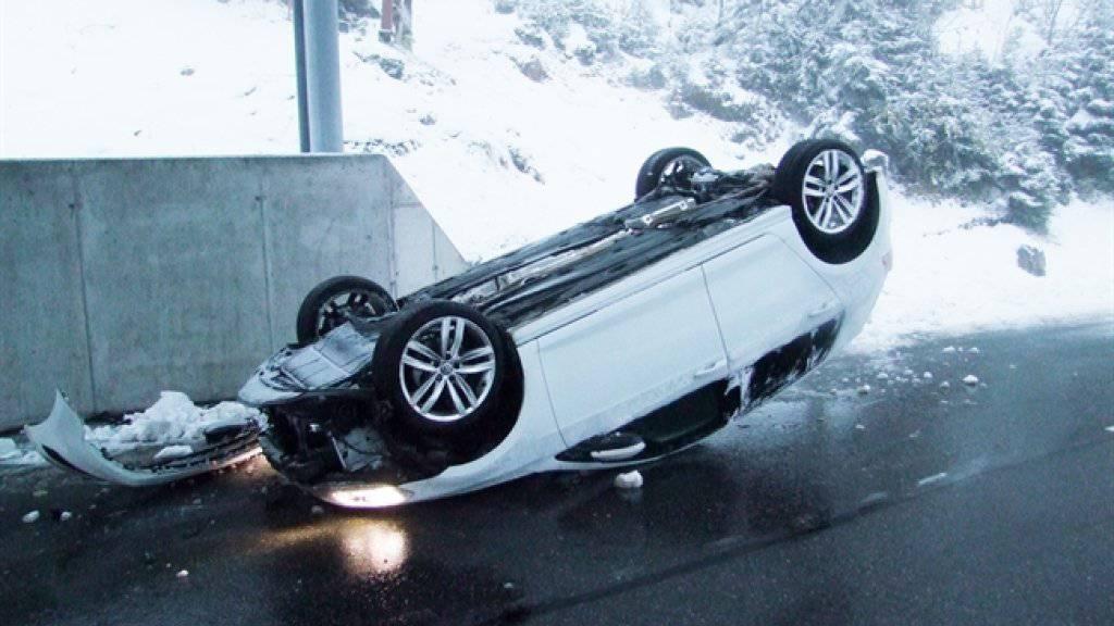 Kaum ist Schnee gefallen, haben Verkehrsteilnehmer Mühe auf der Strasse.