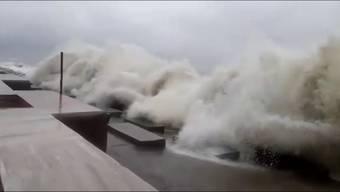 Mega-Zyklon «Amphan» trifft in Indien und Bangladesch auf Land.