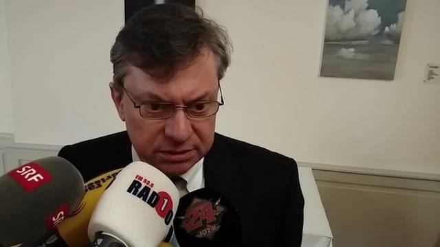 Statthalter Mathis Kläntschi (Grüne) nimmt an der Medienkonferenz zum Koch-Areal Stellung.