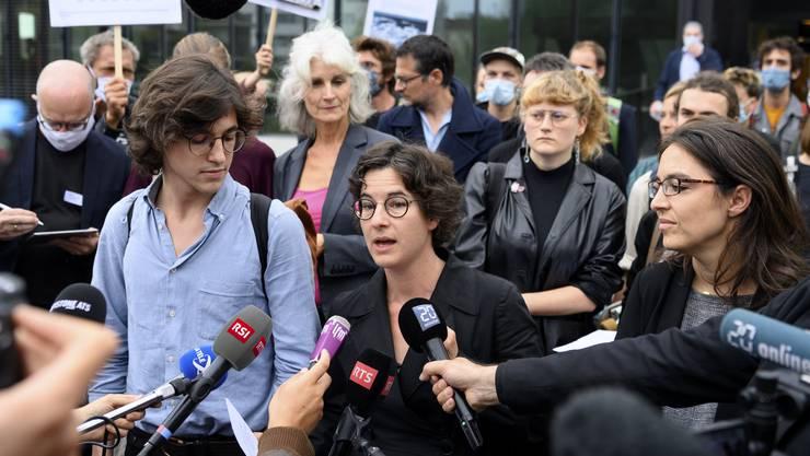 Klimaaktivist Paul Castelain (l.) und Anwältin Marie-Pomme Moinat (r.) nehmen am Donnerstag Stellung zum Urteil.