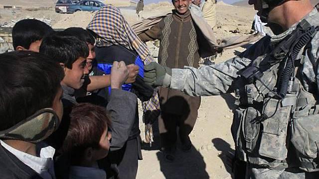 Ein US-Soldat mit afghanischen Kindern