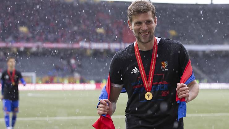 Fabian Frei im Berner Regen und mit der Goldmedaille um den Hals
