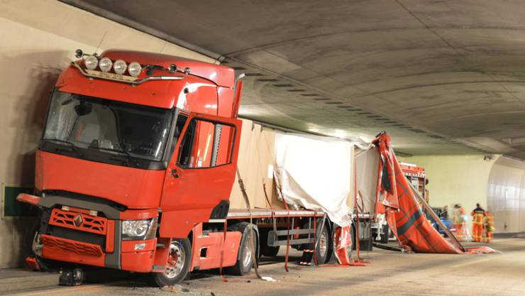 Ein Lastwagen verlor bei einem Unfall Teile der geladenen Papierrollen im Kirchenwald-Tunnel bei Hergiswil NW.