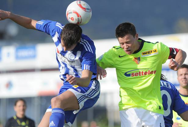 Der Grenchner Aleksandar (L)  im Kampf um den Ball gegen den Basler Fabian Ritter (R) waehrend dem Fussballspiel der 1